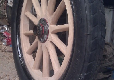 Wooden car wheel with pneumatic tyre